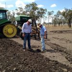 Quentin和Rob在种植之前检查土壤水分