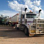 トラックに小麦を積み込む