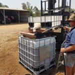 バイオ肥料のタンクに水を加えるスティーブン