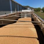 ジェフの農場で収穫された小麦を乗せたトラックが製粉所に到着――この後、小麦の検査が行われる